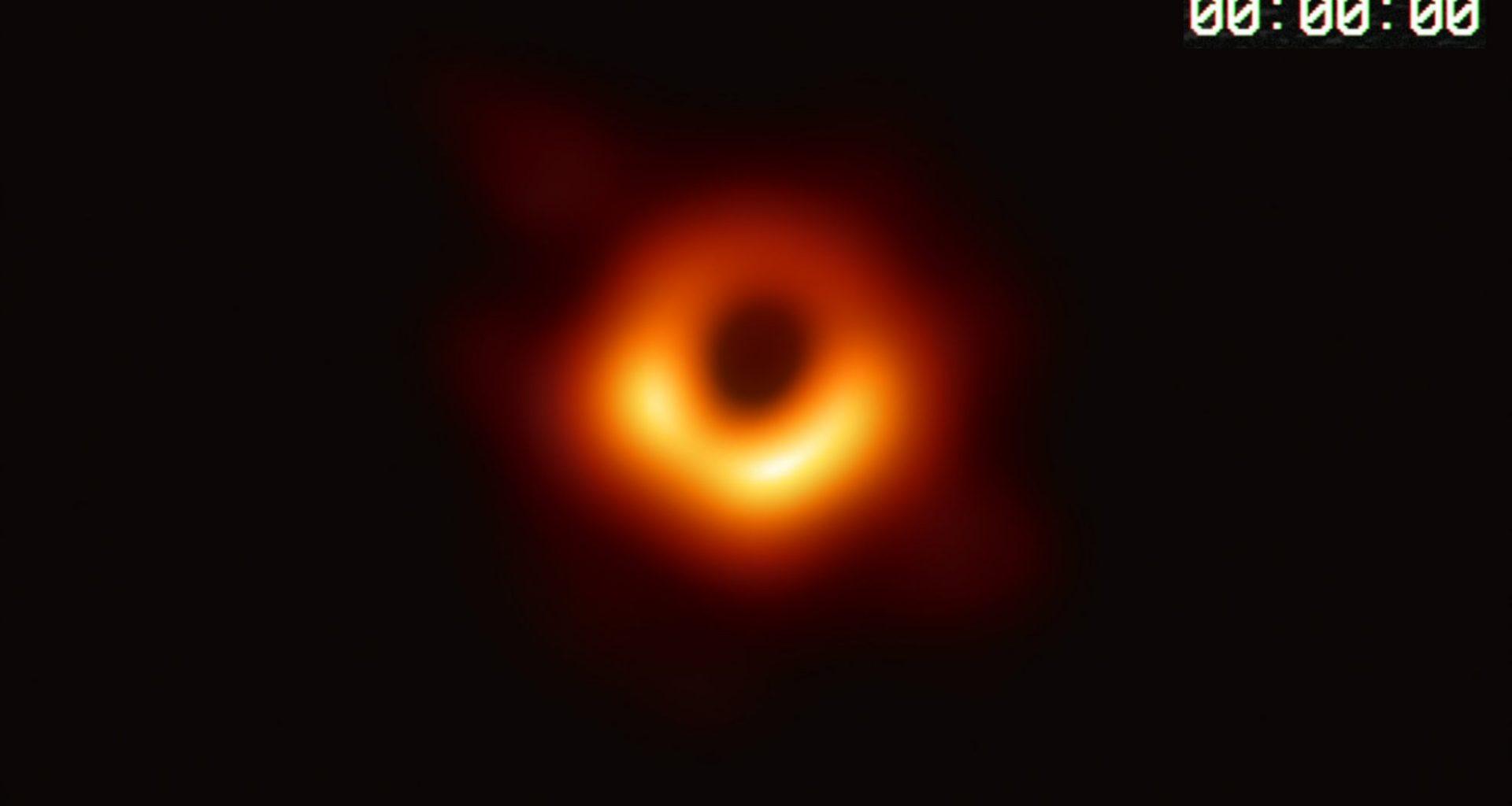 Agujeros negros ocultan «películas» del universo en sus anillos brillantes