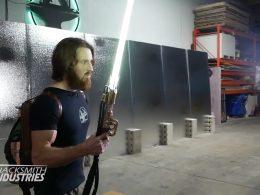 """Ingeniero crea el primer sable de luz """"Star Wars"""" que arde a 2000 ° C y corta metal (Video)"""