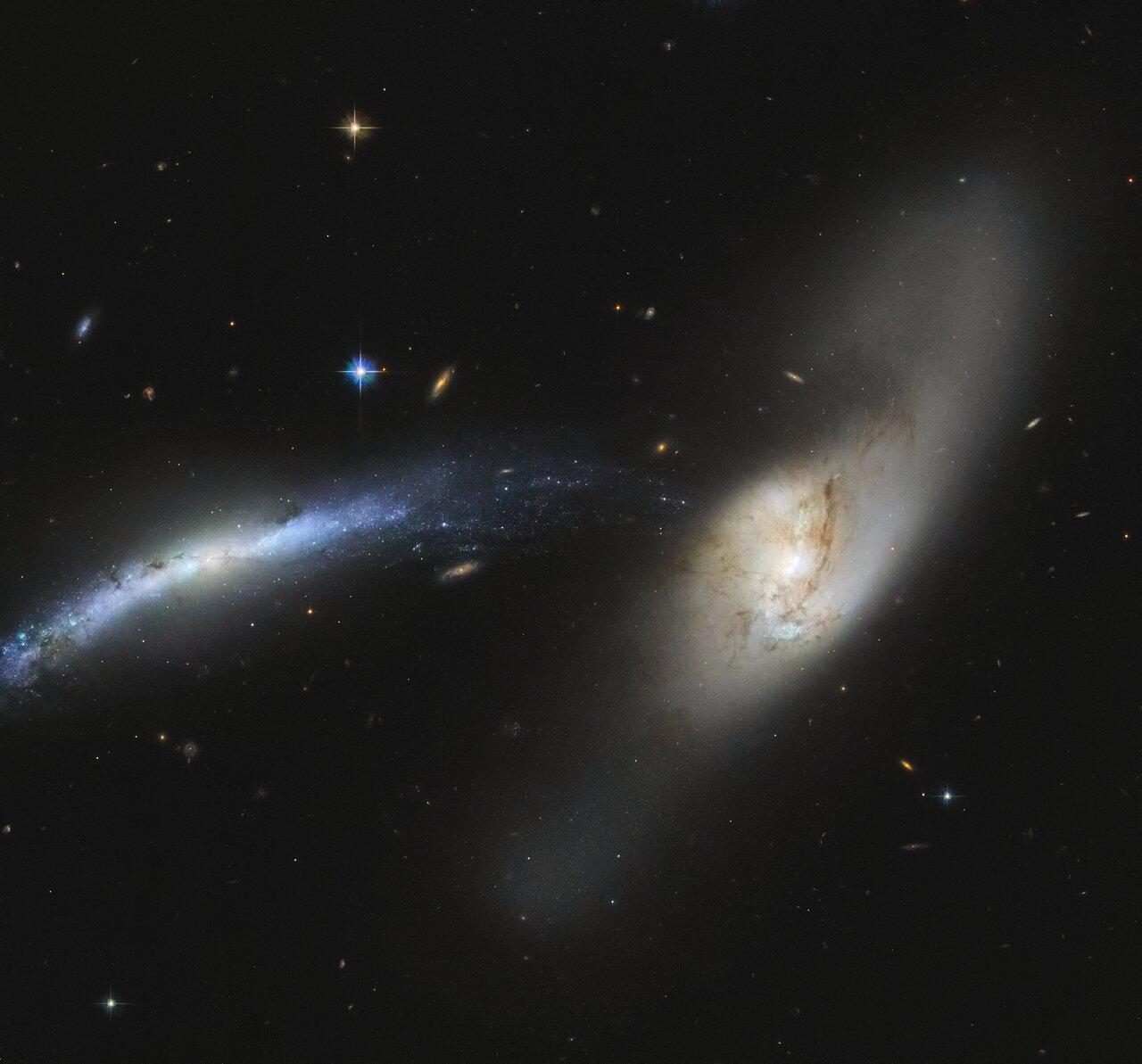 """Telescopio Espacial Hubble observa una """"tromba cósmica"""" en esta deslumbrante imagen"""