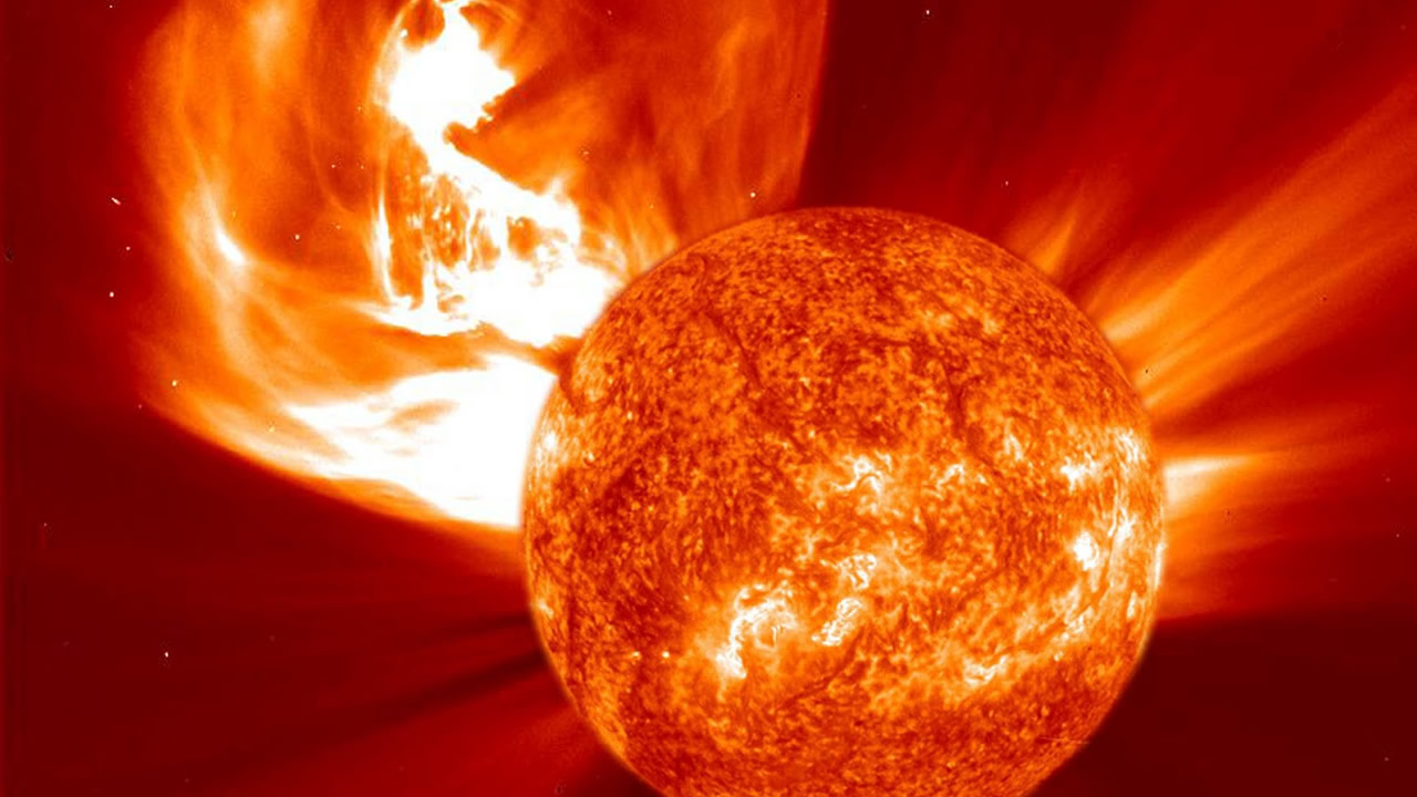 Nave espacial ha registrado una enorme erupción solar en evolución