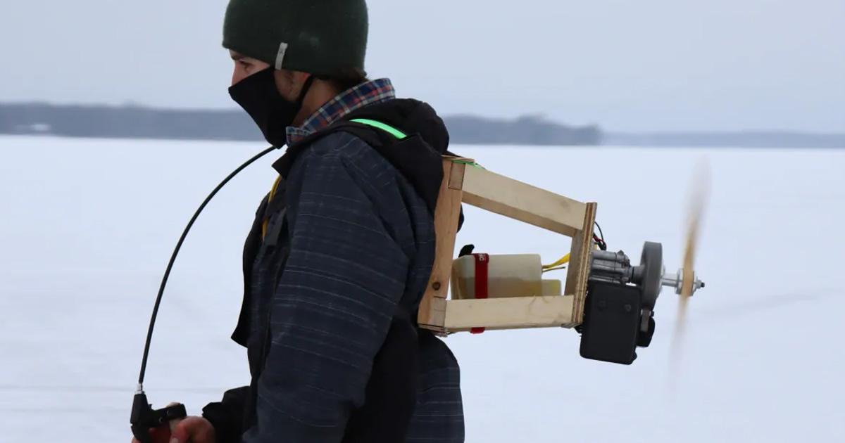 Hombre inventa jetpack casero para patinar en hielo a alta velocidad