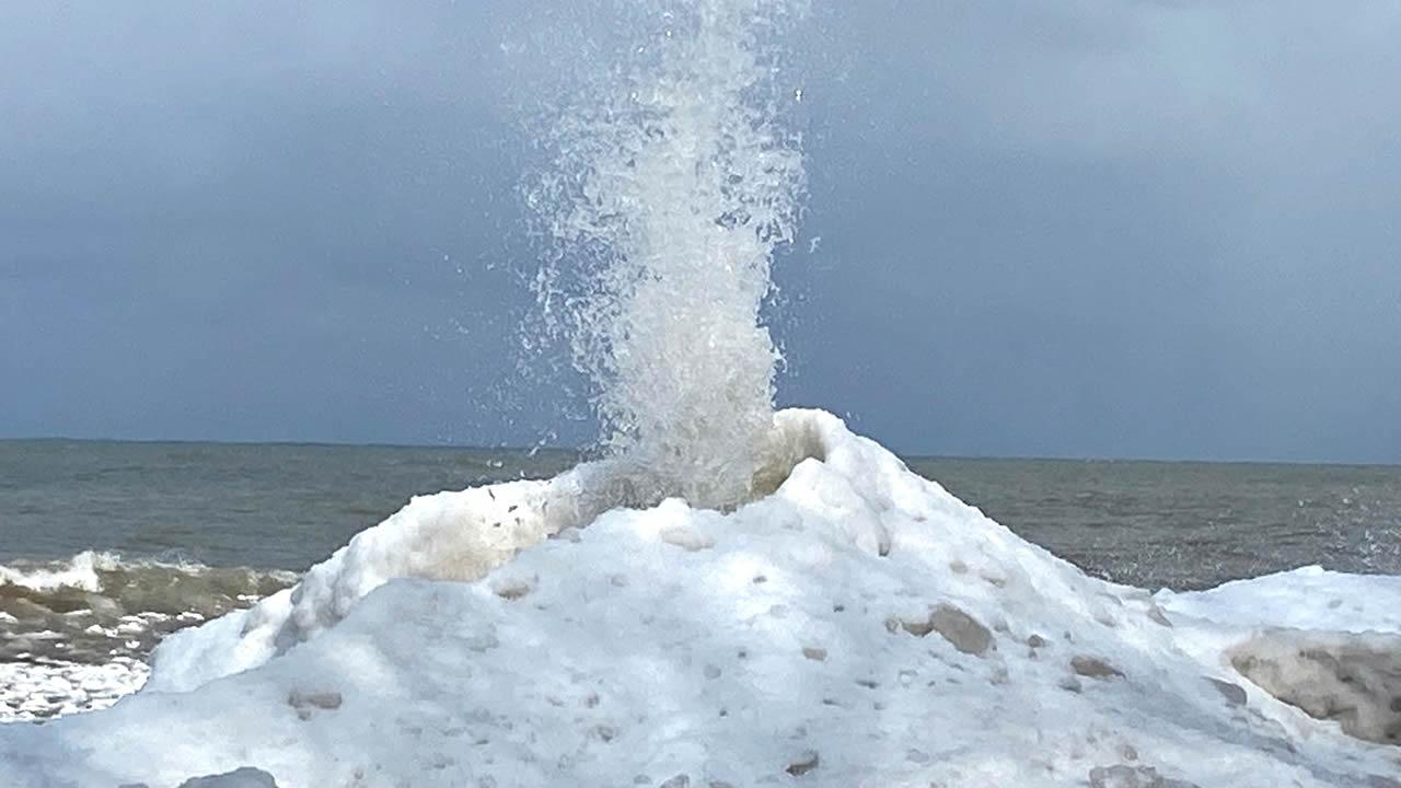 Surge un volcán de hielo de 13 metros en Kazajistán