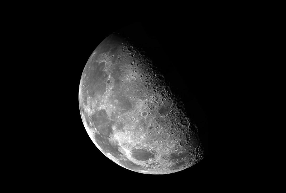 La Luna tiene una cola enorme, como un cometa