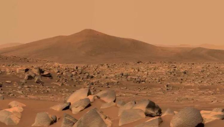 """El rover Perseverance Mars de la NASA usó su generador de imágenes Mastcam-Z de doble cámara para capturar esta imagen de """"Santa Cruz"""", una colina dentro del cráter Jezero, el 29 de abril de 2021"""